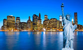 Manhattan Skyline and The Statue of Liberty at Night, New York C — Stock Photo