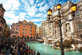 ROME - OCTOBER 21: Tourists visiting the Trevi Fountain on Octob — Stock Photo