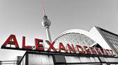 Alexander platz en un día brumoso, berlín, alemania. — Foto de Stock