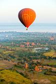 BAGAN - NOVEMBER 29,: Tourist in an Hot Air Balloon over the pla — Stockfoto