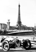 Vintage picture of Eiffel tower with old car on foreground — Stock Photo