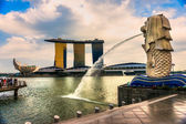 Den merlion fontän och marina bay sands, singapore. — Stockfoto