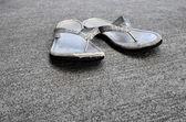 старый сандалии или шлепанцы — Стоковое фото