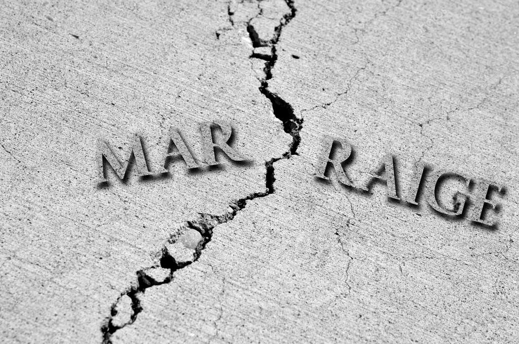 Symbol of broken marriage with crack in concrete and word — Stock Photo #13260772
