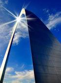 сент-луис арка и отражение солнца — Стоковое фото