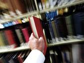 Encontrar el libro en la biblioteca — Foto de Stock