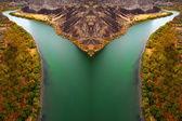Schlucht-fluss mit herbst-bäume — Stockfoto