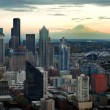 Seattle Skyline with Mount Ranier — Stock Photo