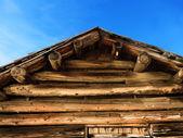 Staré protokoly střecha kabiny a modrá obloha — Stock fotografie