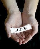 Kağıt mesaj umut tutan eller — Stok fotoğraf