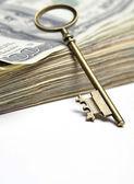 Oude sleutel op geld — Stockfoto