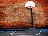 Urban street-basketball-court und hoop — Stockfoto