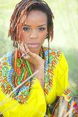 Een aantrekkelijke afro-amerikaanse vrouw die zich voordeed in het park — Stockfoto