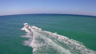 Boaters enjoying the warm year round Miami weather — Stock Video
