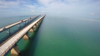 Aerial video of the Seven Mile Bridge in the Florida Keys — Stock Video
