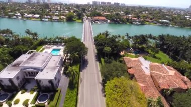 Aerial footage of the bridge to Indian Creek Miami Beach — Stock Video