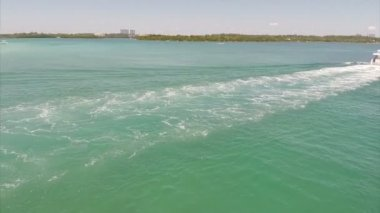 Aerial footage of a boat in the Miami waters — Stock Video