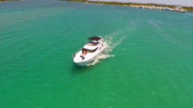 Aerial footage of a boat in motion — Stock Video