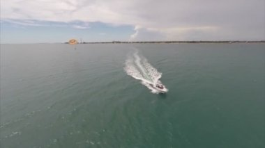 Aerial video parasailing in Key West — Stock Video