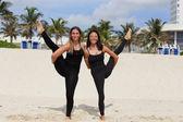 Mujer realizar yoga en la playa stock de imagen — Foto de Stock