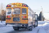 Zimą autobus szkolny — Zdjęcie stockowe