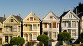 Victorian houses in Alamo Square — Стоковое фото