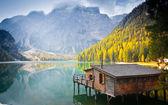 Braies jezero chýše — Stock fotografie
