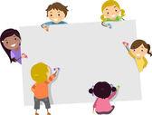 Stickman kinderen met kleurpotloden en lege karton — Stockfoto