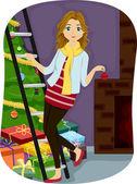 Dívka zdobení vánoční stromeček — Stock fotografie