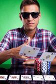エースのペアを投げ若いカジュアルなポーカー プレーヤー — ストック写真