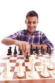 Junge legerer mann spielt schach — Stockfoto