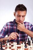 Jogador de xadrez jovem, pensando em seu próximo passo — Foto Stock