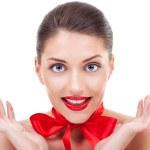 giovane donna con un nastro rosso sul collo — Foto Stock