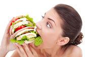 Jovem mulher mordendo um pão francês — Foto Stock