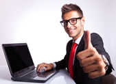 Biznes człowiek pracy i pokazuje ok — Zdjęcie stockowe