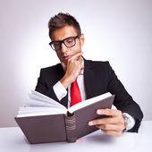 Zaintrygowany biznesmen czytanie książki — Zdjęcie stockowe