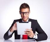 человек, выбирая что-то на его клавиатуре, нажав — Стоковое фото
