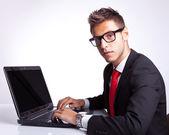 Obchodní muž, sedící u počítače — Stock fotografie