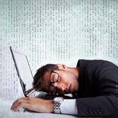 Hombre de negocios durmiendo en un ordenador portátil — Foto de Stock