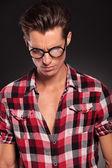 Hombre con gafas mirando hacia abajo — Foto de Stock