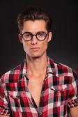 戴眼镜的严重休闲男人 — 图库照片
