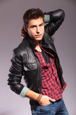 ファッションのポーズでの革のジャケットでは若い男 — ストック写真