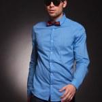 Fashion man wearing sunglasses walking forward — Stock Photo #19117955