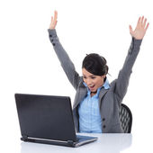 Jeune femme au bureau jubilates et gagne — Photo