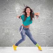 Tancerz pozowanie i krzyczy — Zdjęcie stockowe