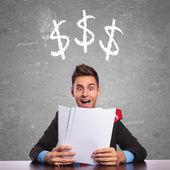 Zakenman lezen over hoeveel hij verdient — Stockfoto