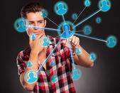 Homme en appuyant sur un bouton de réseau social — Photo