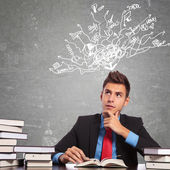 Man lezen van een boek en denken van veel dingen — Stockfoto