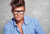 Giovane attraente in occhiali — Foto Stock