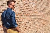 カジュアルな男性は壁背面図 — ストック写真